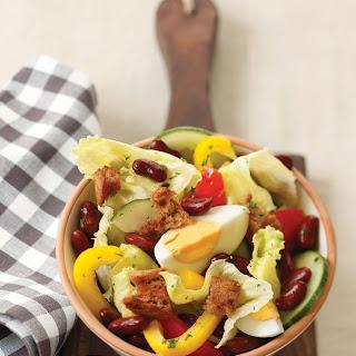 Fiakersalat mit roten Bohnen, Ei und geröstetem Schwarzbrot