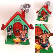 Photo: Caja Casita del Ratoncito Pérez. caja de madera decorada con papel maché y cartón  encolado, modelado y pintado a mano, no hay dos iguales. Personalizable. Dimensiones: 10x11,5 de base, 11 de altura.