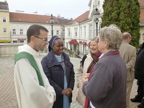 Photo: Vor der Kirche
