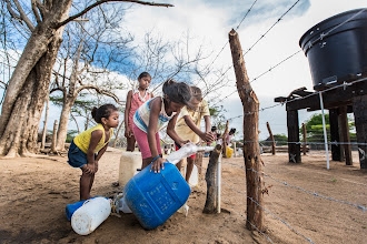 Photo: Los niños y el grifo - comunidad de Jawapiakat - Maicao
