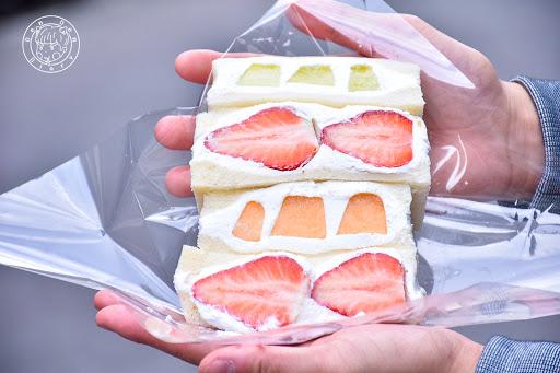 . 📍 J Fruit Mart 日本夫婦開的日本水果專賣店,這裡的水果們都是搭飛機✈️來台灣的,專賣水果、三明治、果汁和果凍 * ⚡️草莓三明治 ᴺᵀᴰ 250 ⚡️雙色蜜瓜三明治 ᴺᵀᴰ 180