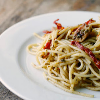 Easy Pesto Spaghetti with Chicken and Sundried Tomatoes