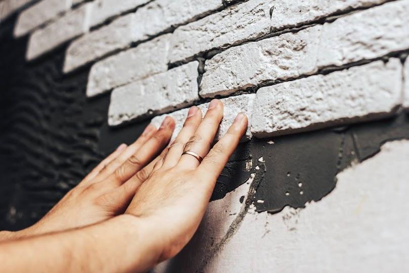 Montaż kamienia dekoracyjnego na ścianie