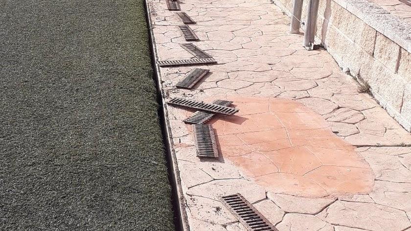 Aspecto de los desagües del campo de fútbol durante su limpieza.