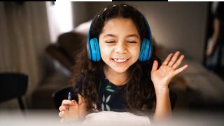 una niña escuchando con auriculares