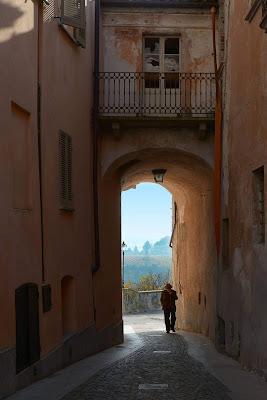 due passi nel borgo di Elisabetta Castellano
