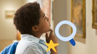 un niño mirando obras de arte