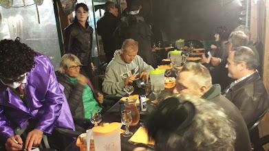 Photo: Après la rando nous avons rejoins les autres convives pour un apéro à l'extérieur, puis nous sommes installés dans la salle bâchée du Snack Base pour le diner.