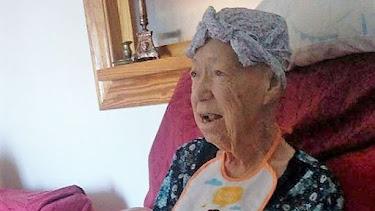 Elodia María, la anciana afectada, en su vivienda de Roquetas de Mar.