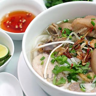 Vietnamese pork noodle soup (Bánh canh recipe).