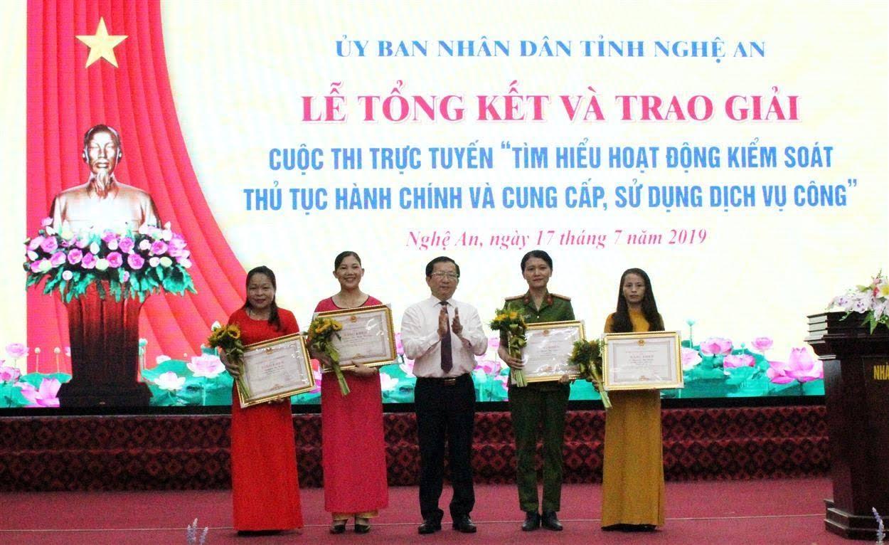 """UBND tỉnh Nghệ An trao giải Cuộc thi """"Tìm hiểu hoạt động kiểm soát thủ tục hành chính và cung cấp, sử dụng dịch vụ công"""""""