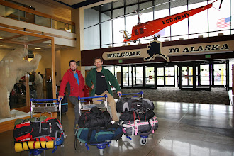 """Photo: Wylatujemy 14.10 z Frankfurtu i dolatujemy do największego na Alasce miasta Anchorage o godzinie 13.50 tego samego dnia. Po drodze rozmawiamy z podróżniczką, alpinistką, żeglarką"""" i dziennikarką w jednej osobie. Na koniec podróży otrzymaliśmy dedykację w Moniki książce """"Everest. Góra gór"""". Na lotnisku w Anchorage celnicy po prześwietleniu naszych bagaży znaleźli u Jacka dwie torebeczki z jedzeniem i postraszyli go mandatem 300$ na przyszłość. Nie mieliśmy rezerwacji ani pomysłu na nocleg, więc po wylądowaniu wspólnie pojechaliśmy do centrum miasta aby się zatrzymać gdzieś na noc. Ten dzień był wyjątkowo długi , bo miał dodatkowe 10 godzin dlatego wcześnie poszliśmy zmęczeni spać."""