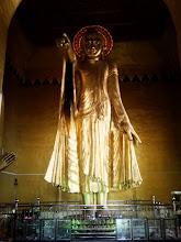 Photo: Z něj, jak praví legenda, takto Buddha při svých toulkách krajem ukázal a prorokoval, že 2400. roku trvání buddhismu tu bude založeno velmi významné město. A tak se tedy roku 1857 za vlády krále Mindona začalo s budováním nového hlavního města.