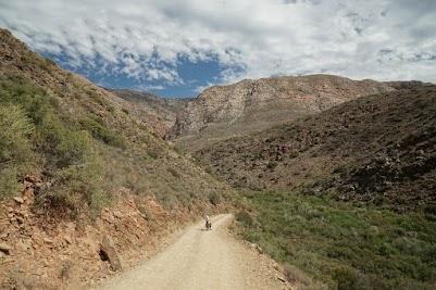 Hohe Berge überragen die Schotterstraße nach Gamkaskloof