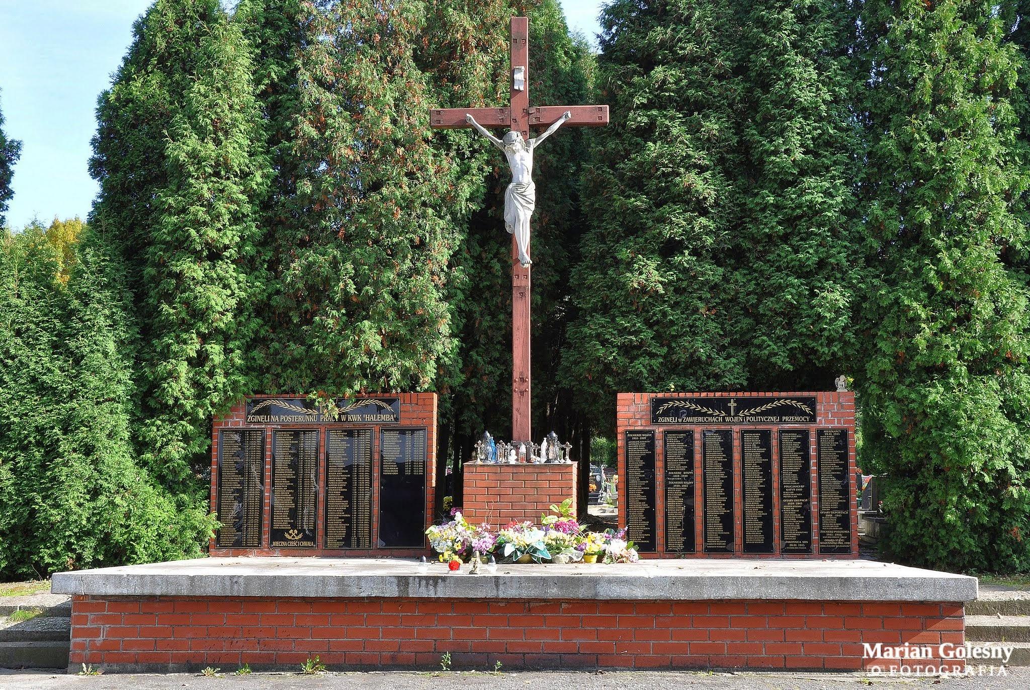 Photo: Krzyż i Tablice Pamięci - cmentarz komunalny w Halembie