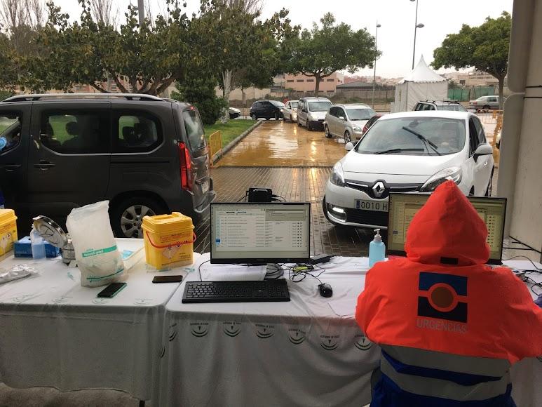 Vehículos accediendo al vacunauto del Palacio de los Juegos.