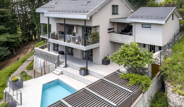 Maison contemporaine avec piscine et jardin Chardonne