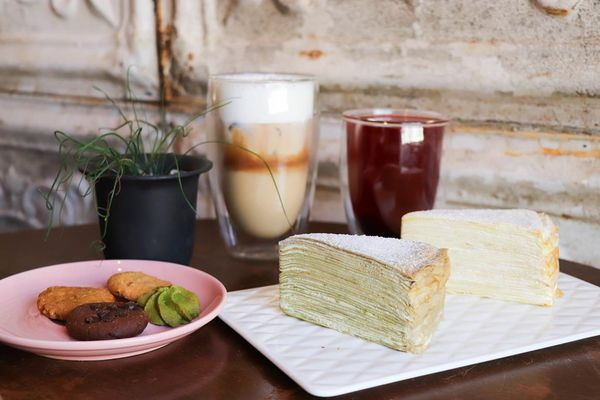 花樓有二店啦│花樓咖啡Follow Coffee Green│綿密的千層蛋糕搭配好喝的咖啡,二樓還有舒適/有插座的座位區! -台南女孩凱莉吃透透