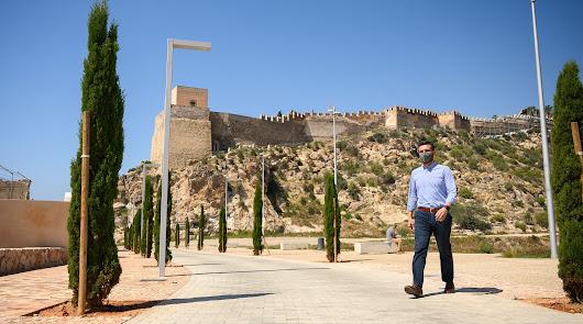 El alcalde, Ramón Fernández-Pacheco, en el entorno renovado de la Alcazaba