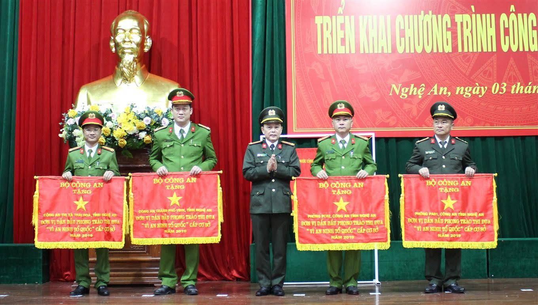 Trung tá Trần Ngọc Tuấn, Trưởng Công an TX Thái Hòa (thứ nhất từ trái sang) nhận Cờ thi đua của Bộ Công an                              tại Hội nghị triển khai công tác năm 2020