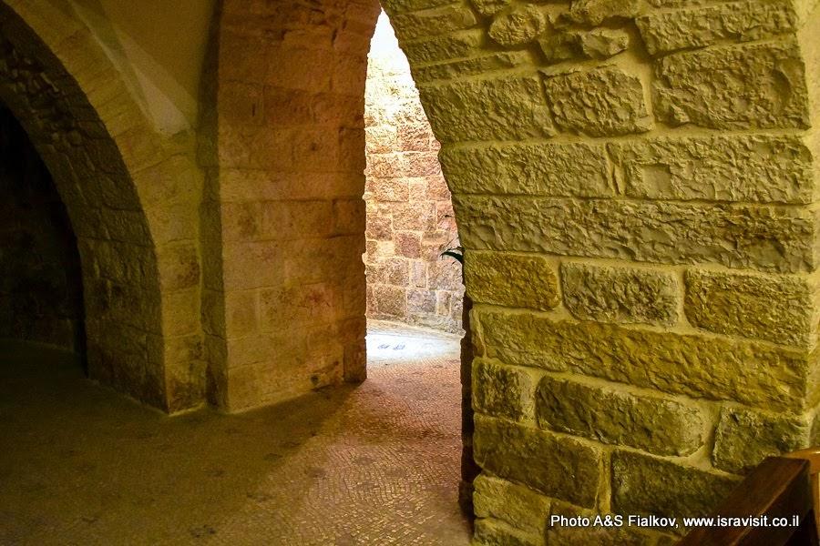 Четвертая Станция Крестного пути. Иерусалим. Старый город.  Улица Виа Долороза.  Руины византийской церкви с мозаикой, на которой помечены следы от ног Богородицы.