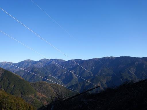 青笹山(右)から十枚山(左)の稜線を望む