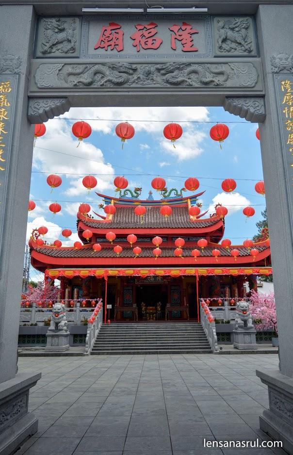 Klenteng Liong Hok Bio dari pintu gerbang