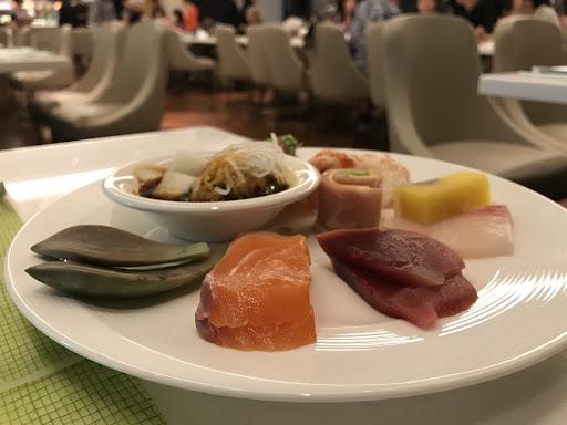 牡丹生蝦超讚👍 生魚片不輸上引 熟成牛肉麵招牌必吃 主餐龍蝦不大但肉Q彈 全台用料最新鮮的吃到飽😀❤️
