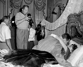 "Photo: Billy Wilder observa William Holden e Gloria Swanson em ""Crepúsculo dos Deuses"" (Sunset Blvd.)"