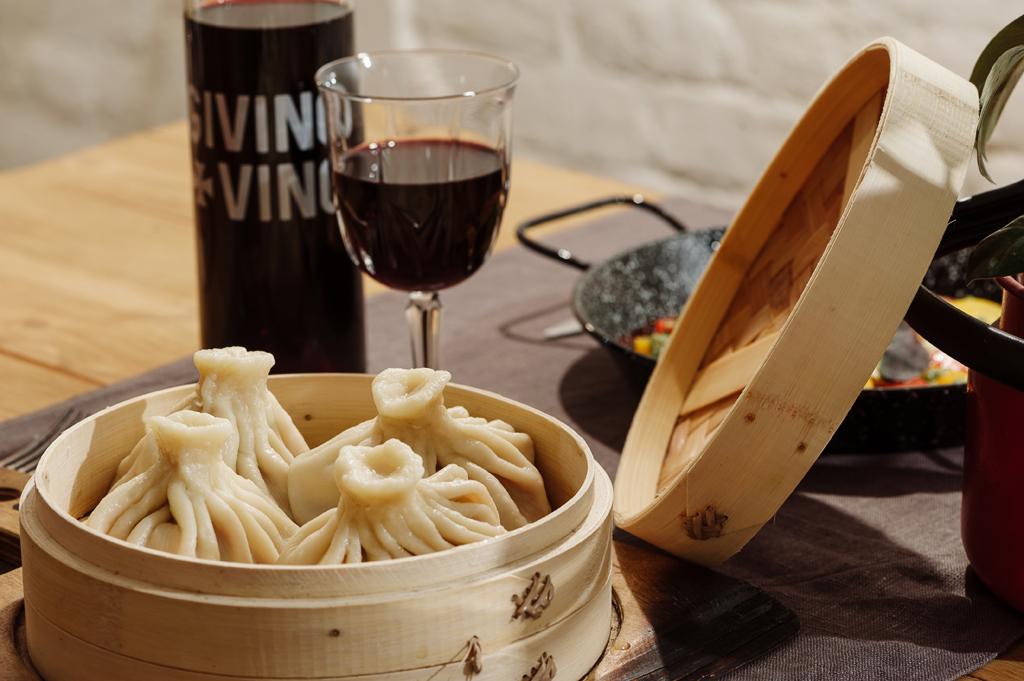 Хинкали – основа меню кафе-бара «GiviToMe» и кушать их нужно исключительно руками.