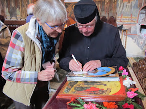Photo: Rou1P44-151005échange d'adresses avec Soeur Tatiana, sanctuaire monastère Moldovita IMG_9273