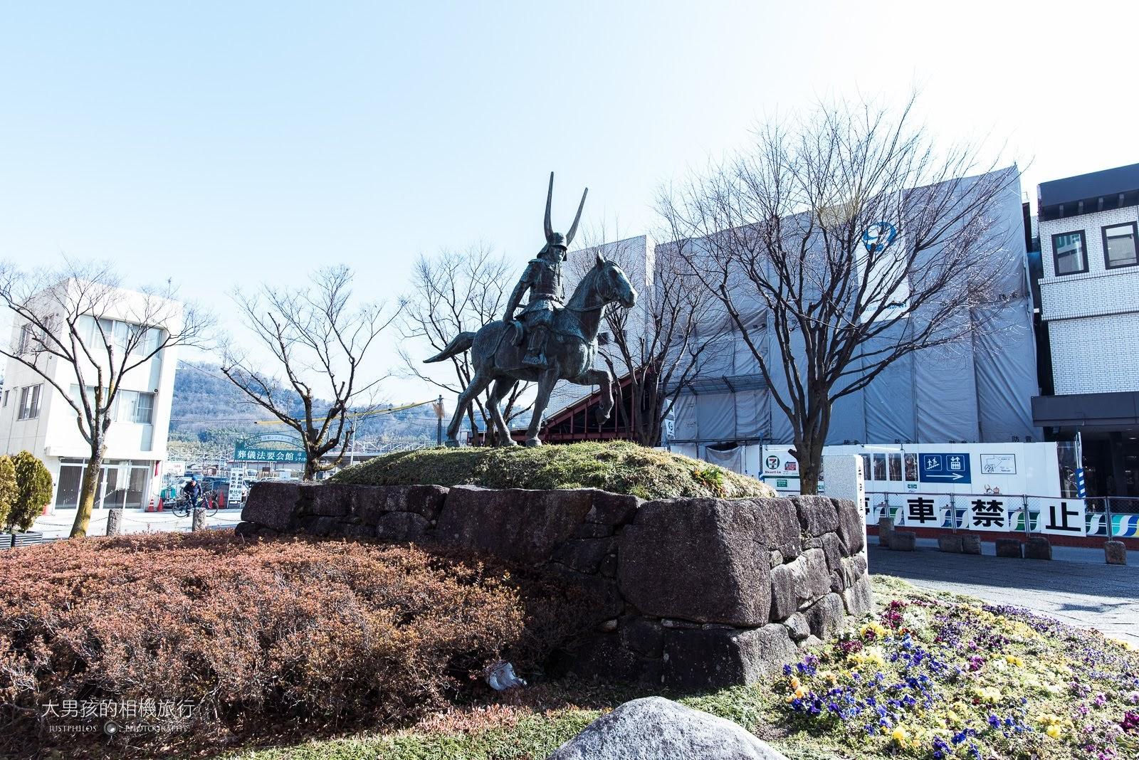 彥根車站前有著著手興建彥根城的井伊直政像。