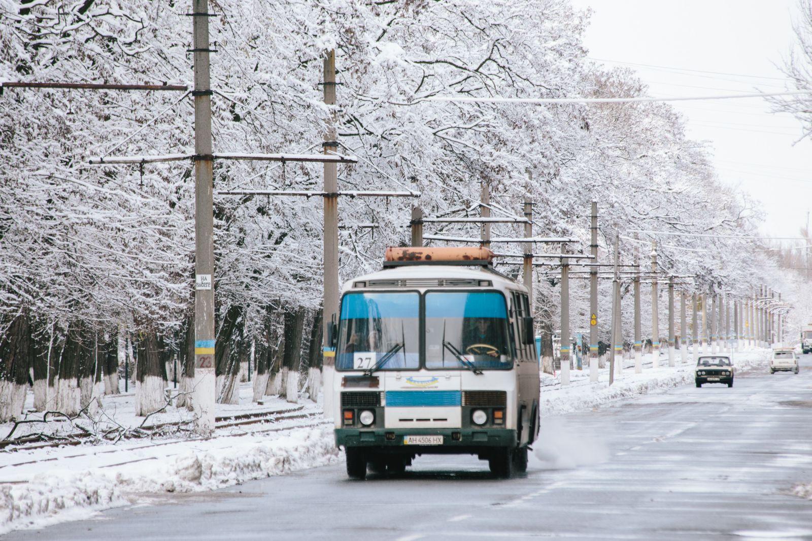 Сейчас по городу курсируют только автобусы, так как трамвайные пути не восстановлены