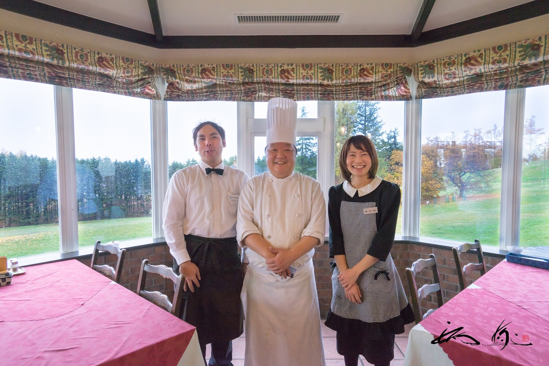 優しい笑顔の中村光良シェフとスタッフの杉原裕基さん、大矢久美子さん