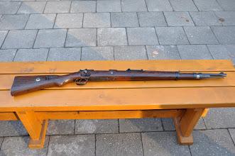 Photo: Německá opakovací karabina Mauser 98k.  Nejrozšířenější pěchotní zbraň v řadách armády Třetí říše. První modely této zbraně našly uplatnění už v 1. světové válce. Jejich typ závěru se dodnes užívá u většiny opakovacích kulovnic. Tato samotná puška je vyrobená v roce 1938 (viz. obrázek 17.). Nejúžasnější je, že netušíte, kde zbraň byla použita. Před její hlavní mohli umírat polští, ruští, američtí nebo britští vojáci.  Jelikož ale má na sobě kořistní ruské značky, tak se mohla pohybovat i u Stalingradu.  Autor popisku: Štěpán Pravda, student 1. A.