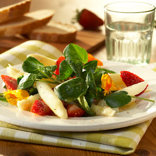 Spargelsalat mit Erdbeeren