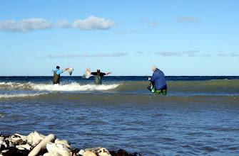 Photo: Ti hi. At løfte armene over hovedet for ikke at blive alt for våd, det er da også en måde at modstå bølgens kraft. Der er her en video i HD-kvalitet der viser de tre herrer på billeder i aktion: http://www.youtube.com/watch?v=TUQVCR1XeXo