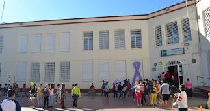 Alumnado participando en los juegos tradicionales organizados en el recreo.