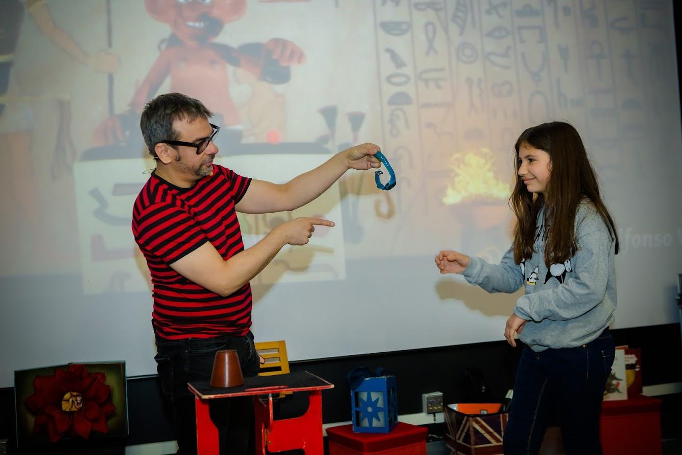 Juego de los cubiletes . La magia de Egipto con chica del público.