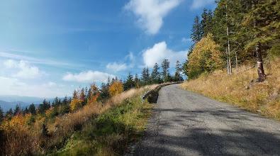 Photo: A jsem zase na silničce, vedoucí na Lysou horu. V tuto chvíli kousek nad pátým om od rozcestí Papežov.