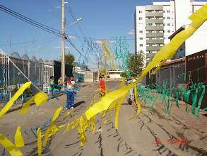 Photo: Galera enfeitando nossa rua para a Copa do Mundo 2010.