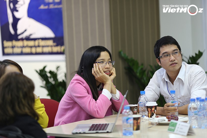 Chị học viên đáng yêu đang chăm chú lắng nghe bài thuyết trình