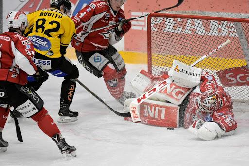 Det var anfallsrikt och underhållande spel i säsongens näst sista hemmamatch. (Foto: Samppa Toivonen)