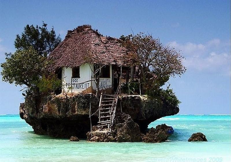Photo: Ресторан на скале, на восточном побережье Занзибара. В зависимости от прилива или отлива до ресторана можно добраться как пешком, так и на лодке. Restaurant on a cliff on the east coast of Zanzibar.  Source:http://goo.gl/U9gfN