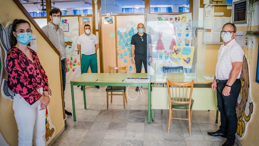 Los concejales en uno de los centros que visitaron.