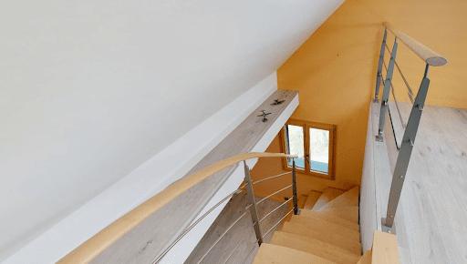 Propriété du Verdon, L'escalier depuis la mezzanine