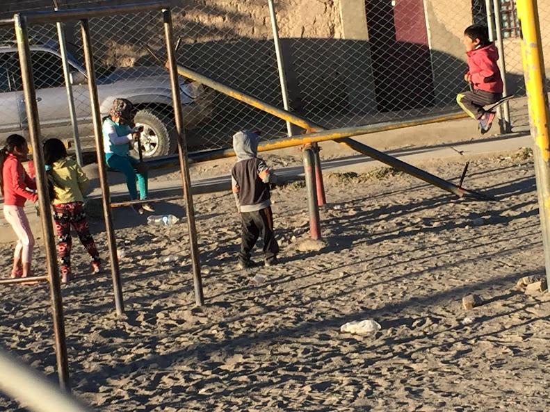 ウユニの公園で遊ぶ地元の子供達