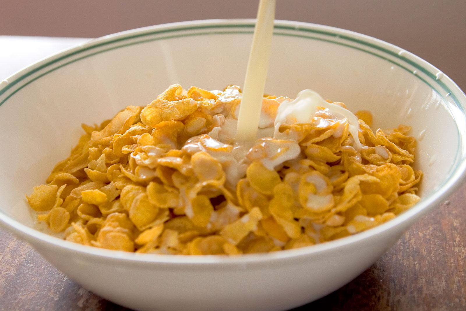 https://upload.wikimedia.org/wikipedia/commons/7/7f/Cornflakes_with_milk_pouring_in.jpg