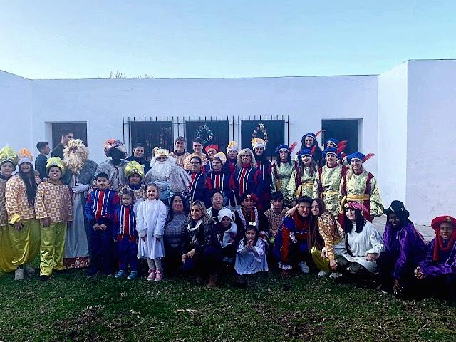 El cortejo de la cabalgata de Reyes de San Isidro junto a los concejales nijareños.