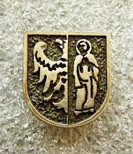 Photo: Odznaka z herbem miasta, sygnowana RP 925, mocowanie na magnes, wym. 13 x 14 mm. Malutkie srebrne cacko z ... błędem - tarcza wyraźnie dzielona pionowo na dwa pola, niezgodnie z opisem herbu.